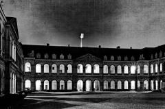 Hôtel des Invalides -  Les Invalides prises de nuit puis converties en en noir et blanc.