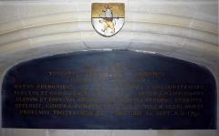 Ancienne abbaye de Saint-Guénolé - Français:   sépulture de Mgr de Saint Luc (blason saint luc)