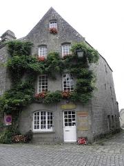 Vieille maison - Français:   Maison - PA00090095 Place de l\'Église à Locronan (29). Immeuble cadastré I 184 (cadastre napoléonien) puis A 190 (cadastre rénové) et enfin AA 204 (après remaniement).
