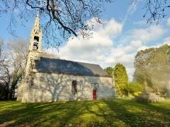 Chapelle Saint-Sébastien - Français:   Tréméoc: la chapelle Saint-Sébastien et son calvaire: vue extérieure d\'ensemble.
