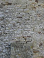Eglise Saint-Crépin ou Saint-Crépinien -  Abside de l'église Saint-Crépin et Saint-Crépinien de Rannée (35). Fenêtre romane obstruée.