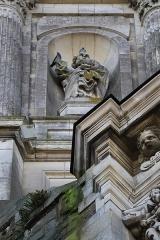 Eglise Notre-Dame-en-Saint-Mélaine -  Détail sculpté de la tour-clocher de l'église Notre-Dame en Saint-Melaine de Rennes (35). Statue de Saint-Pierre sculptée en 1856 par Jean-Marie Valentin.