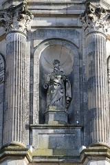 Eglise Notre-Dame-en-Saint-Mélaine - Français:   Détail sculpté de la tour-clocher de l\'église Notre-Dame en Saint-Melaine de Rennes (35). Statue de Saint-Paul sculptée en 1856 par Jean-Baptiste Barré.