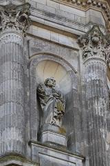 Eglise Notre-Dame-en-Saint-Mélaine - Français:   Détail sculpté de la tour-clocher de l\'église Notre-Dame en Saint-Melaine de Rennes (35). Statue de Saint-Pierre sculptée en 1856 par Jean-Marie Valentin.