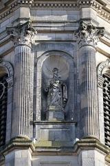 Eglise Notre-Dame-en-Saint-Mélaine -  Détail sculpté de la tour-clocher de l'église Notre-Dame en Saint-Melaine de Rennes (35). Statue de Saint-Paul sculptée en 1856 par Jean-Baptiste Barré.