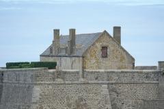 Château et fortifications - Français:   Maison dans le fort National à Saint-Malo (Ille-et-Vilaine, France).