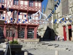 Eglise Notre-Dame-du-Roncier - Français:   Place Notre-Dame avec deux monuments historiques, dont la Basilique Notre-Dame du Roncier