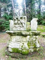 Puits de la Touche-Berthelot - Français:   Le puits de la Touche-Berthelot, réinstallé à proximité de la réplique de la grotte de Lourdes de Callac en Plumelec (Morbihan).