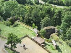Ruines du château fort - English:   Look from the wall of the Murol castle (Puy-de-Dôme, France) to the low yard. Wee see the almond-shaped towers.