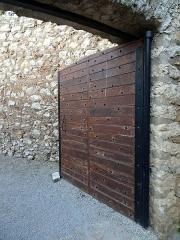 Site castral de Montbazon - Français:   Donjon de Montbazon, porte.