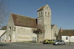 Eglise Saint-Symphorien - Billy (Loir-et-Cher)  Eglise Saint-Symphorien.  La nef, la partie la plus ancienne, construite en petit appareil, a été édifiée au XIe siècle. Le clocher, tour carrée sur la façade sud, a été rajouté au XIIIe siècle; l'accès à l'étage se fait par une tourelle externe avec un escalier à vis. Le choeur et l'abside seront reconstruit à la fin du XVe siècle. Les vantaux du portail seraient du XVIe siècle, le portail sera refait dans la seconde moitié du XIXe siècle. Des chapelles latérales, formant transept, sont ajoutées au XXe siècle. Une porte méridionale* a été murée.  Des petits personnages sont sculptés sur la façade occidentale, au dessus du portail.  A l'intérieur, sur le mur nord, un fragment de peintures murales, du XVe siècle, subsiste. De gauche à droite:  Saint Blaise nu, martyrisé par deux bourreaux avec des peignes à carder. Sainte Catherine, près de la roue de son supplice, couronnée et qui tient une épée. Sainte Barbe tenant une palme et un livre, aux côtés de sa tour.  Sur le mur nord, toujours, une épitaphe, en caractères gothiques, à la mémoire du prieur Pierre de Villède, mort en 1511.  Dans la petite chapelle sud, une série de quatorze cierges de la confrérie de saint Vincent, en zinc, du XIXe siècle.    Une archive mentionne le don de l'église par Childebert Ier* au prince Vulphin* pour l'abbaye de Selles-sur-Cher.  En 1128, après qu'elle fut usurpée par des laïcs, son dernier possesseur Hugues Graflutz la remet à Jean II évêque d'Orléans qui l'attribue à l'abbaye de Selles-sur-Cher; un prieuré-cure y est alors créé.  Au 15e siècle, un prieuré existait à Billy. Sous François Ier, l'église fit partie du domaine de la couronne jusqu'à la disparition du roi.     C'est à la porte méridionale de l'église que se faisait la purgation canonique. Les juges ne pouvant établir suffisament les faits d'un crime, ordonnaient que l'accusé soit conduit à la porte méridionale de l'église pour y prêter serment, devant la population, qu'il 