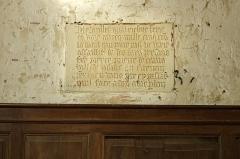 Eglise Saint-Symphorien - Billy (Loir-et-Cher)  Eglise Saint-Symphorien. Epitaphe à la mémoire du prieur Pierre de Villède, mort en 1511.    La nef, la partie la plus ancienne, construite en petit appareil, a été édifiée au XIe siècle. Le clocher, tour carrée sur la façade sud, a été rajouté au XIIIe siècle; l'accès à l'étage se fait par une tourelle externe avec un escalier à vis. Le choeur et l'abside seront reconstruit à la fin du XVe siècle. Les vantaux du portail seraient du XVIe siècle, le portail sera refait dans la seconde moitié du XIXe siècle. Des chapelles latérales, formant transept, sont ajoutées au XXe siècle. Une porte méridionale* a été murée.  Des petits personnages sont sculptés sur la façade occidentale, au dessus du portail.  A l'intérieur, sur le mur nord, un fragment de peintures murales, du XVe siècle, subsiste. De gauche à droite:  Saint Blaise nu, martyrisé par deux bourreaux avec des peignes à carder. Sainte Catherine, près de la roue de son supplice, couronnée et qui tient une épée. Sainte Barbe tenant une palme et un livre, aux côtés de sa tour.  Sur le mur nord, toujours, une épitaphe, en caractères gothiques, à la mémoire du prieur Pierre de Villède, mort en 1511.  Dans la petite chapelle sud, une série de quatorze cierges de la confrérie de saint Vincent, en zinc, du XIXe siècle.    Une archive mentionne le don de l'église par Childebert Ier* au prince Vulphin* pour l'abbaye de Selles-sur-Cher.  En 1128, après qu'elle fut usurpée par des laïcs, son dernier possesseur Hugues Graflutz la remet à Jean II évêque d'Orléans qui l'attribue à l'abbaye de Selles-sur-Cher; un prieuré-cure y est alors créé.  Au 15e siècle, un prieuré existait à Billy. Sous François Ier, l'église fit partie du domaine de la couronne jusqu'à la disparition du roi.     C'est à la porte méridionale de l'église que se faisait la purgation canonique. Les juges ne pouvant établir suffisament les faits d'un crime, ordonnaient que l'accusé soit conduit à la porte méridion