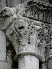 Eglise abbatiale Saint-Pierre -  Extérieur de l'abbatiale Saint-Pierre-et-Saint-Paul de Ferrières-en-Gâtinais (45). Chapiteau du portail gauche de la façade occidentale.