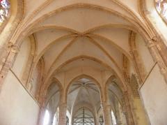 Eglise abbatiale Saint-Pierre -  Intérieur de l'abbatiale Saint-Pierre-et-Saint-Paul de Ferrières-en-Gâtinais (45). Voûtes du chœur, de la croisée du transept et de la nef.