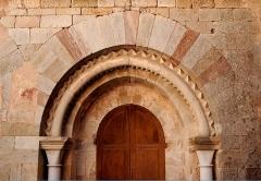 Ancienne abbaye Saint-Pierre de Lunas - Français:   France - Languedoc - Hérault - Joncels - Abbaye - Portail de l\'ancienne salle capitulaire, sur le côté Est du cloître