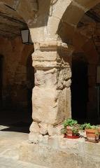 Ancienne abbaye Saint-Pierre de Lunas - Français:   France - Hérault - Joncels - Abbaye - pilier de la galerie nord du cloître