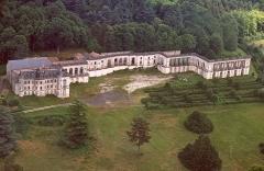 Cathédrale Saint-Pierre -  Avec son immense façade de 220 mètres de largeur, de style versaillais, le château de La Mercerie, érigé au 20ème siècle,ne fut jamais achevé. Oeuvre des frêres Rhéthoré , il comporte une remarquable collection d'azuleijos.