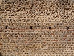 Centre rural gallo-romain (vestiges archéologiques) -  Cassinomagus, commune de Chassenon, Charente, France S-O. Mur intérieur dans les thermes classés MH.