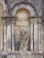 Eglise Saint-Martial - Français:   Église Saint-Martial de Dirac (XIIe et XV siècles): statue brisée de la façade. Dirac, Charente, France.
