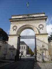 Arsenal - Français:   La porte de l\'Arsenal dite porte du soleil à Rochefort.