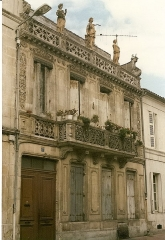 Maison de Pierre Loti - English:  Facade of a house next to the house of Pierre Loti, at 137 rue Pierre Loti in Rochefort (17).