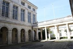 Hôtel de la Bourse, actuellement Greffe du Tribunal de Commerce - Français:   Photo de la cour intérieure de la Chambre de Commerce de La Rochelle