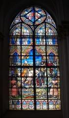 Eglise Saint-Pierre -  Vitrail 13 de l'église Saint-Pierre, à Bouvines, Nord, France: le roi demande au comte de Montmorency de porter dans ses armoiries les douze bannières qu'il a conquis.