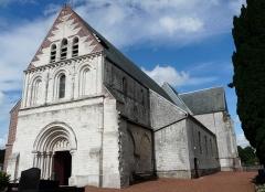Eglise - English:  Saint Martin church in Heuchin, Pas-de-Calais, seen from the southwest towards the romanesque (XIIth) facade, in July 2009