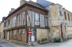 Manoir dit Cour d'Elu - Français:   Maison à colombage du XVIe contiguë au manoir dit cour d\'Elu à Saint-Pierre-sur-Dives (Calvados)