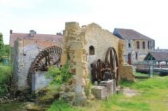 Manoir dit Cour d'Elu - Français:   Ruines du moulin à tan sur la Dives à Saint-Pierre-sur-Dives (Calvados). À l\'arrière-plan à droite, manoir dit Cour l\'Élu (XVIe s.).