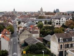 Hôtel de ville - Français:   Une vue sur le centre-ville de Compiègne prise depuis le dernier étage du batiment Benjamin Franklin de l\'Université de Technologie de Compiègne. Le bâtiment sortant de la ligne d\'horizon à gauche de l\'image est l\'hotel de ville.