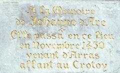 Beffroi - English:  JEANNE D ARC Biographie Lucheux dpt. 80: plaque commemorative du passage de Jeanne d Arc sur le beffroi. Photographie par Jean VIGNE, serie sur le voyage qu effectua JEANNE D ARC 1412-1431 alors qu elle etait retenue prisonniere. Credit: Collection JEAN VIGNE / KHARBINE-TAPABOR. *** JEANNE D ARC Biography Lucheux dpt 80 commemorative plaque of the passage of Joan of Arc on the belfry Photography by Jean VIGNE, series on the trip that JEANNE D ARC 1412 1431 made while she was held prisoner Credit Collection JEAN VIGNE KHARBINE TAPABOR PUBLICATIONxINxGERxSUIxAUTxONLY KH123104