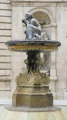 Hôtel de ville - Français:   Fontaine située à l\'est de la Cour Haute.