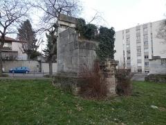 Tombeaux romains de Trion - Français:   Mausolée de Turpio avec végétation.