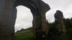 Aqueduc gallo-romain du Gier dit aussi du Mont Pilat (également sur communes de Brignais, Chaponost, Lyon, Sainte-Foy-lès Lyon, Soucieu-en-Jarrest) - Français:   photo d\'une partie de l\'aqueduc du Gier prise dans la vile de Mornant
