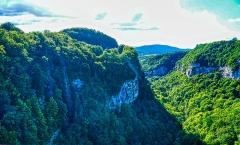 Pont suspendu de la Caille (également sur commune de Cruseilles) - Deutsch:  Blick von der Caille-Brücke, Allonzier-la-Caille, Département Ober-Savoyen, Region Auvergne-Rhône-Alpes (ehemals Rhône-Alpes), Frankreich