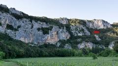 Grotte ornée du paléolithique supérieur située au lieudit Combe d'Arc dite grotte Chauvet -  Lage des heute verschütteten Höhlenportals der Grotte Chauvet bei Vallon-Pont-d'Arc. Der heutige und wesentlich kleinere Zugang liegt ca. 10 m über dem Höhlenbodenniveau. In der darüber gelegenen Felswand des Abrahams-Felsen (Rocher d'Abraham) ist der leicht trichterförmige Ausbruch zu erkennen, der bei dem Felssturz entstand, durch den vor 21.500 Jahren das Höhlenportal verschüttet wurde. (Atlas de la grotte ChauvetPont d'Arc, Partie III: La grotte Chauvet-Pont d'Arc par les cartes, Carte 1: Talus externe et paléogrotte, S. 162-169).