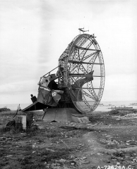 Ancienne station radar - English:  German radar FuMO 214 Würzburg-Riese installed on the cliff of Arromanches at Stützpunkt 42 (22 June 1944)