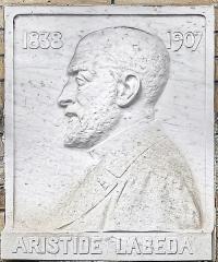 Entrée du cimetière de Terre-Cabade - English:   Terre-Cabade cemetery in Toulouse - Aristide Labéda - bas-relief . Professor of Medicine and former Mayor of Toulouse.