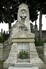 Entrée du cimetière de Terre-Cabade - English:  Tombe de Louis Deffès.
