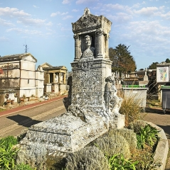 Entrée du cimetière de Terre-Cabade - English:   Terre-Cabade cemetery in Toulouse -  tormb of Griffoul-Dorval. After Jean-Pierre Moulive, Bust of Griffoul-Dorval, posthumous sculpture by these students.