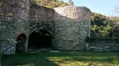 Ancienne usine de chaux - Français:   La façade des fours et l\'entrée de la halle voûtée
