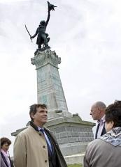 Moulin de Valmy - Français:   La statue du général Kellerman à Valmy et Montebourg.