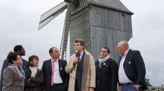 Moulin de Valmy - Français:   Montebourg devant le moulin de Valmy lors de sa campagne  lanouvelleFrance pour être le candidat de son parti en 2012 . Alexandre Tunc en cravate rose est conseillé général de la Marne .