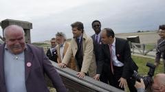 Moulin de Valmy - Français:   Montebourg fait bouger les choses à l\'exemple du moulin de Valmy, lors de sa campagne  lanouvelleFrance pour être le candidat de son parti en 2012 . A sa gauche Alexandre Tunc Conseillé général de la Marne .