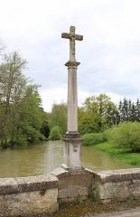 Pont enjambant la Marne - Français:   Le calvaire sur le pont.
