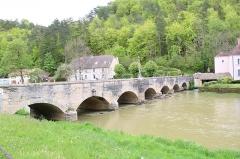 Pont enjambant la Marne - Français:   Pont sur la Marne