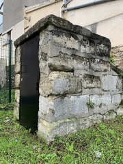 Aqueduc des Eaux de Rungis (également sur communes de Rungis, Fresnes, L'Hay-les-Roses, Cachan, Arcueil et Paris 14) - Français:   Regard n°19 de l\'aqueduc Médicis, Gentilly.