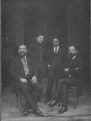 Ecole nationale vétérinaire - Français:   Édouard Bourdelle professeur d'anatomie à l'École nationale vétérinaire d'Alfort (assis à droite) et Eugène Petitcolin préparateur d'anatomie (assis à gauche). Photo datée de 1913 au verso