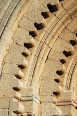 Prieuré - Français:   France - Alpes-de-Haute-Provence - Abbaye Notre-Dame de Ganagobie - Portail festonné: détail des festons